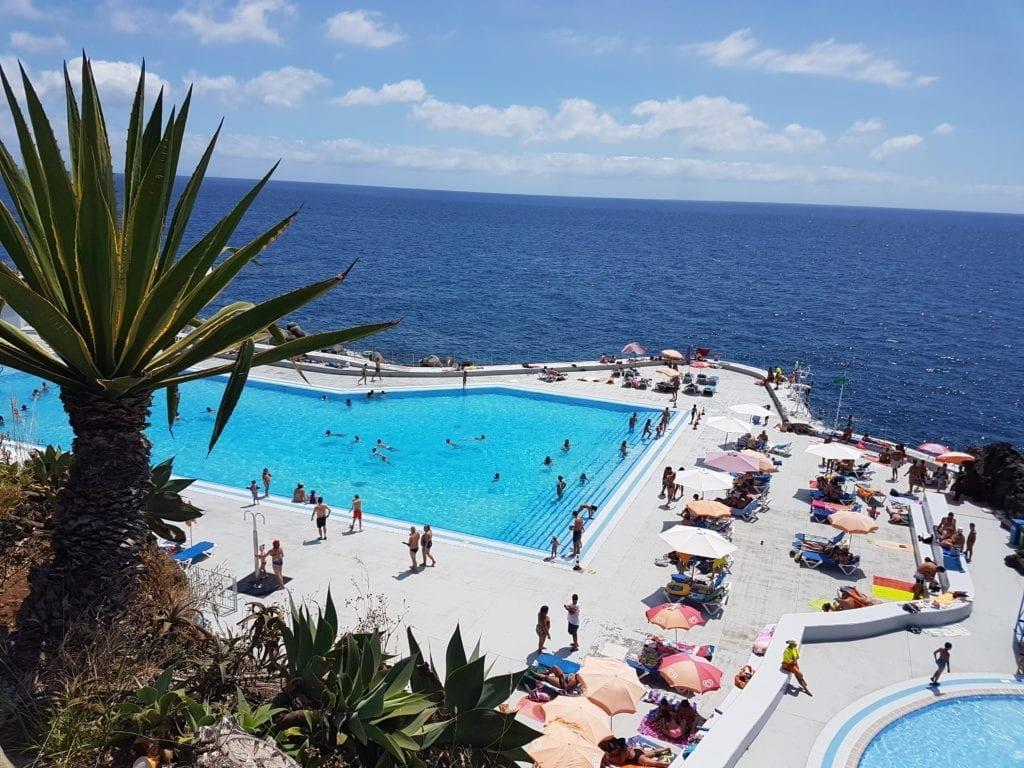 Kompleks kąpielowy Complexo Balnear do Lido w Funchal. Plaże, naturalne baseny wulkaniczne, hotelowe baseny i kompleksy kąpielowe na Maderze.