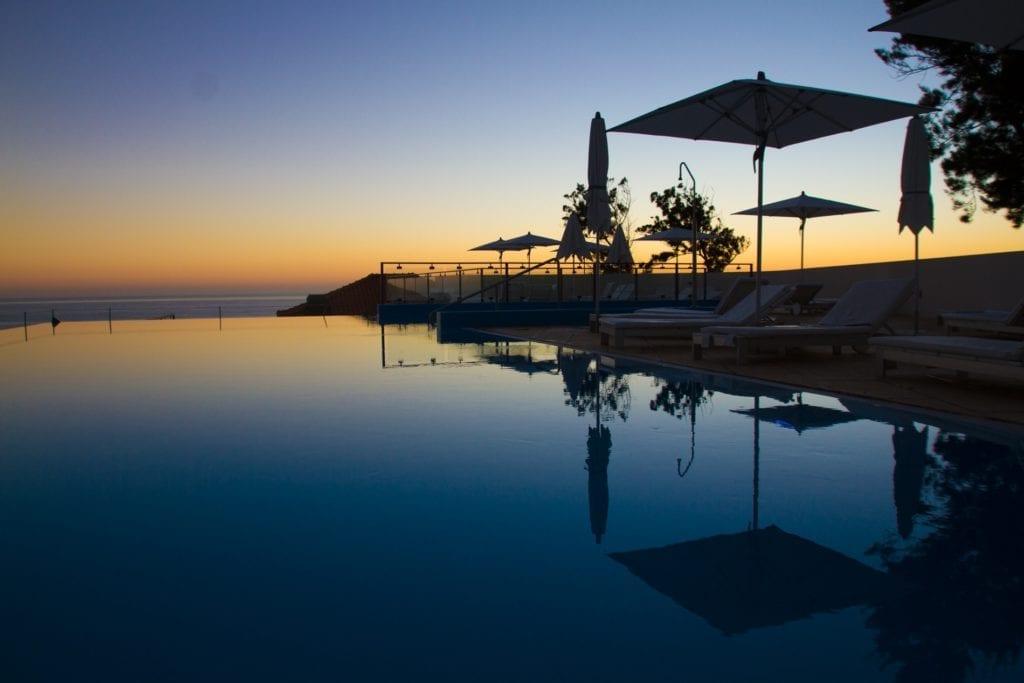 12 Best Hotel Pools of Madeira Island ~ Najpiękniejsze baseny hotelowe na Maderze - zestawienie. Na zdjęciu: hotel Estalagem da Ponta do Sol