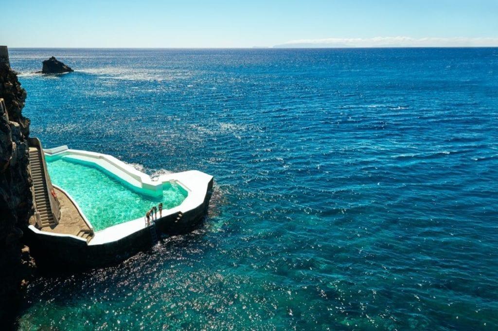 Hotele z najpiękniejszymi basenami na Maderze: Albatroz Beach & Yacht Club w Santa Cruz na Maderze