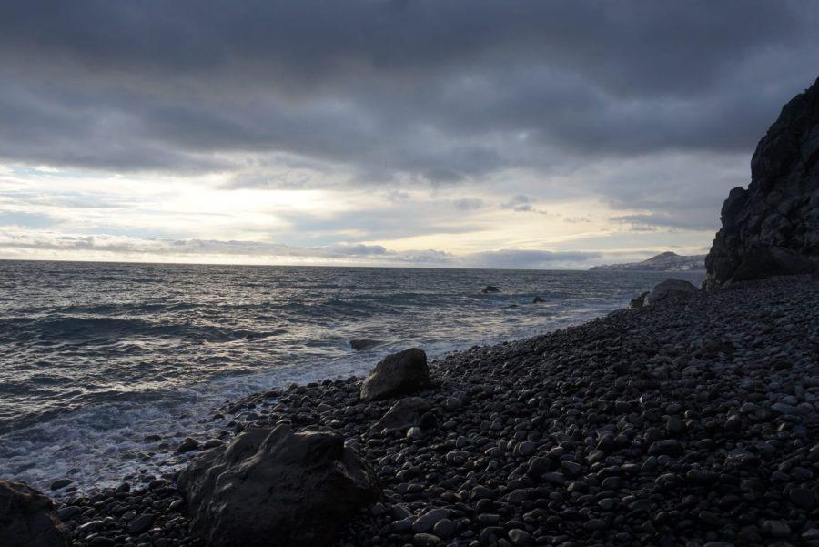 Plaże na Maderze: Kamienista plaża w Garajau na południu Madery. W oddali- Funchal Fot.: Say Yes to Madeira