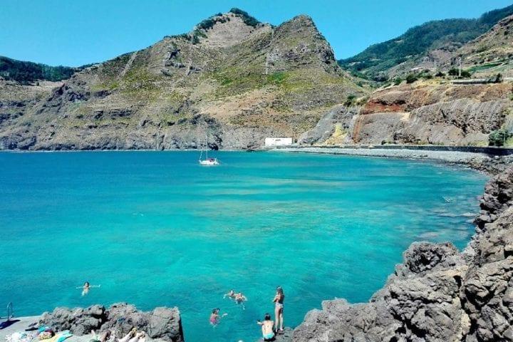 Gdzie się kąpać na Maderze: Kąpielisko/plaża Pedra d 'Eira, położona w Caniçal, pomiędzy plażą Praia da Ribeira Natal a kompleksem kąpielowym Caniçal Bathing Complex
