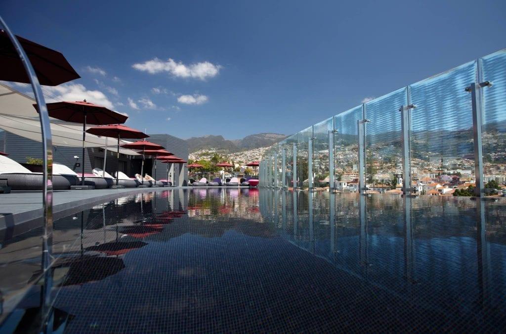 Hotels with the best swimming pools in Madeira Island ~ Hotele z najpiękniejszymi basenami na Maderze - zestawienie. Na zdjęciu: Hotel The Vine w centrum Funchal #madeira #portugal #pool #funchal