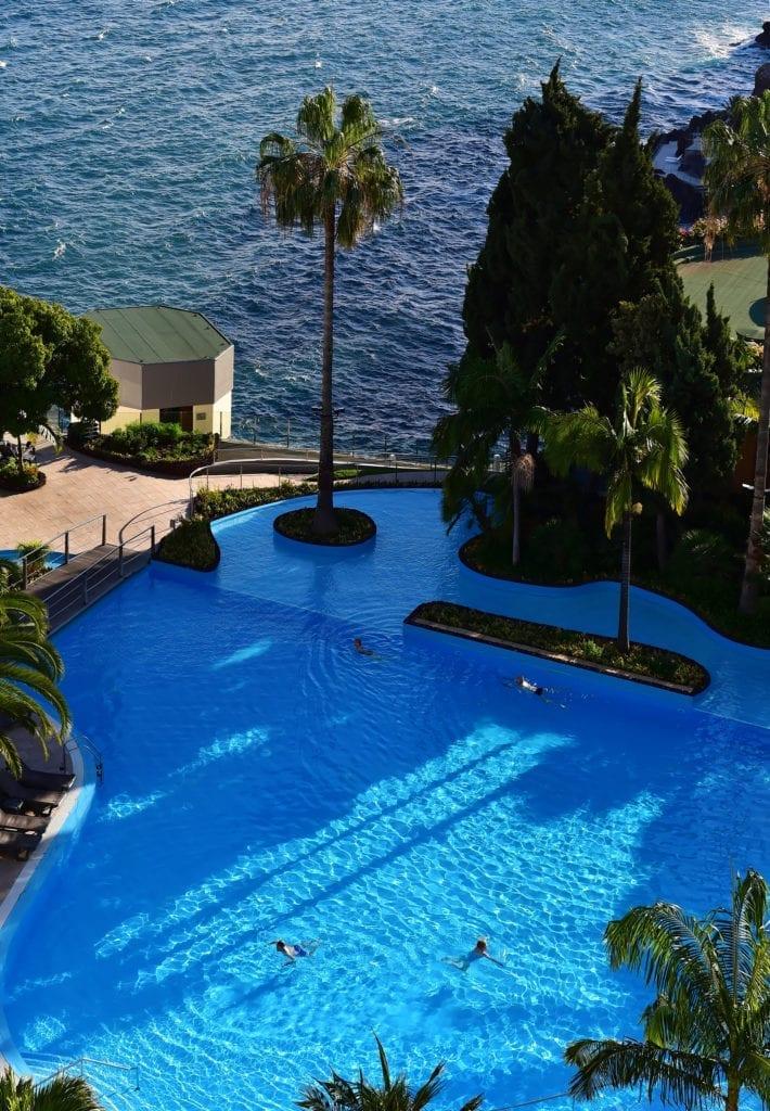 Most beautiful hotel pools in Madeira, Portugal: Pestana Carlton Madeira Hotel in Funchal ~ Najpiękniejsze baseny hotelowe na Maderze - zestawienie. Zdjęcie: Pestana Carlton Madeira Hotel w Funchal
