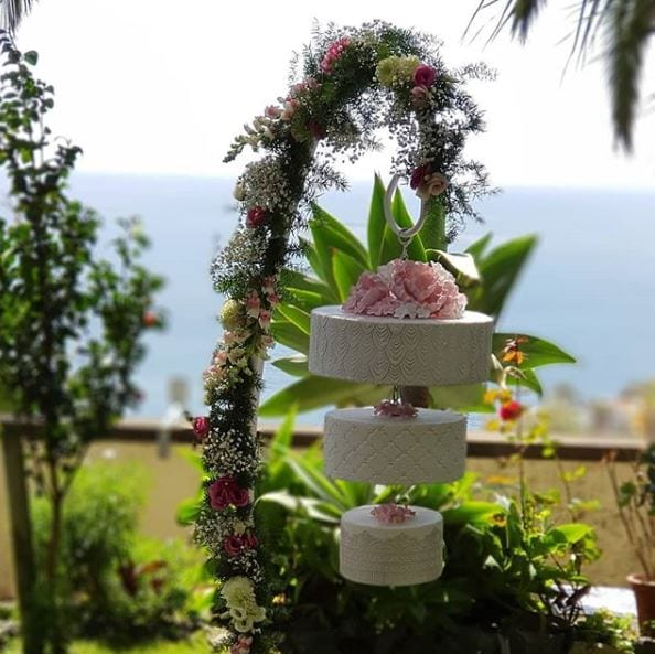 Tropical wedding cake ideas #tropical #tropicalwedding #weddingcake #weddinginspiration