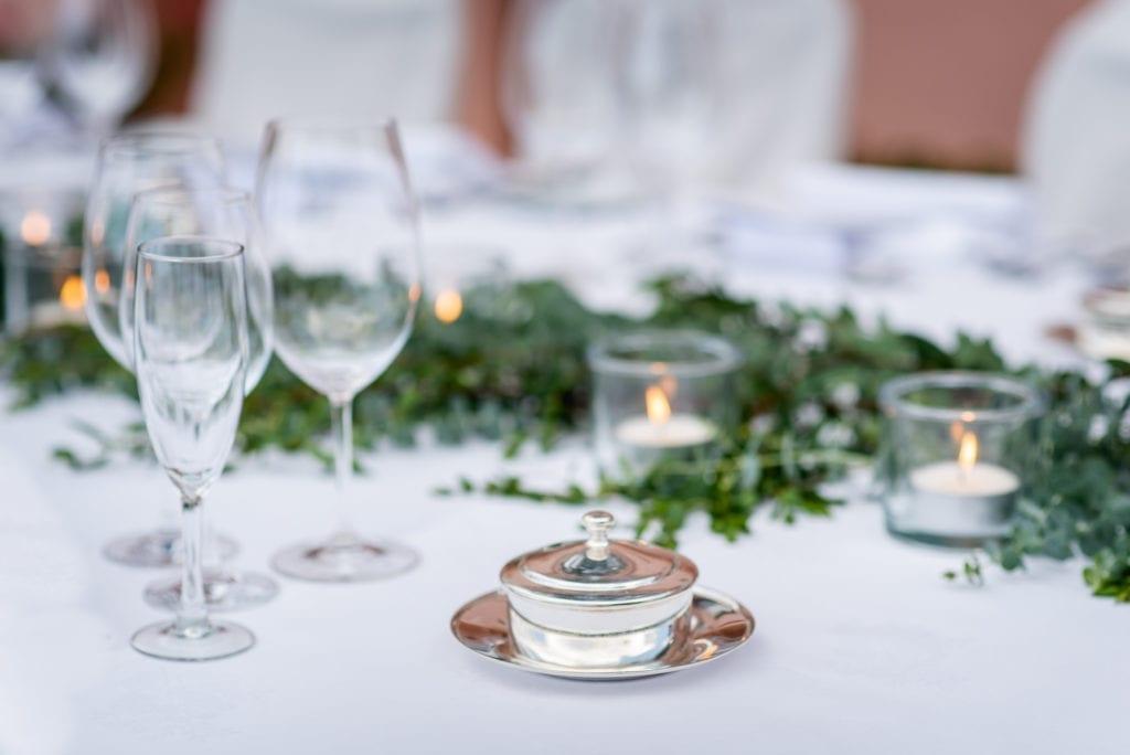 Beautiful wedding table decoration. Elegant wedding table decor. White-green wedding table. - Przepiękna aranżacja weselna, elegancki stół weselny, biało-zielony motyw weselny. Fot: Miguel Ponte #wedding #weddingtable
