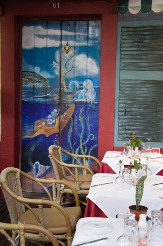 """Stare Miasto w Funchal (Zona Velha) - sztuka uliczna, murale i kolorowe drzwi Funchal. Projekt """"Sztuka Otwartych Drzwi""""."""