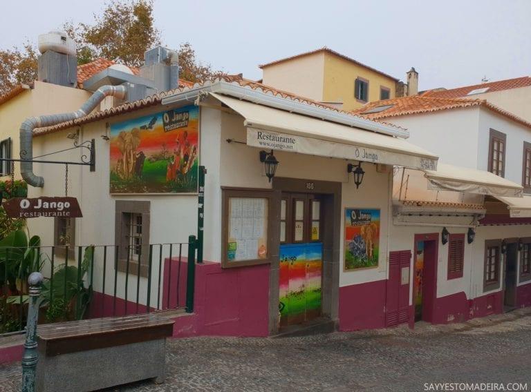 """Restauracja O Jango w Funchal. Stare Miasto w Funchal (Zona Velha) - sztuka uliczna, murale i kolorowe drzwi Funchal. Projekt """"Sztuka Otwartych Drzwi""""."""