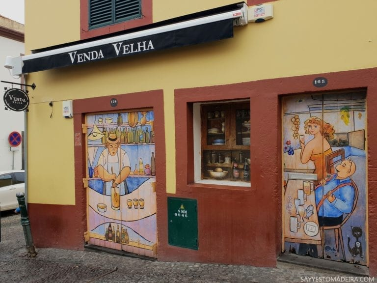 """Bar Poncha Venha Velha w Funchal. Stare Miasto w Funchal (Zona Velha) - sztuka uliczna, murale i kolorowe drzwi Funchal. Projekt """"Sztuka Otwartych Drzwi""""."""