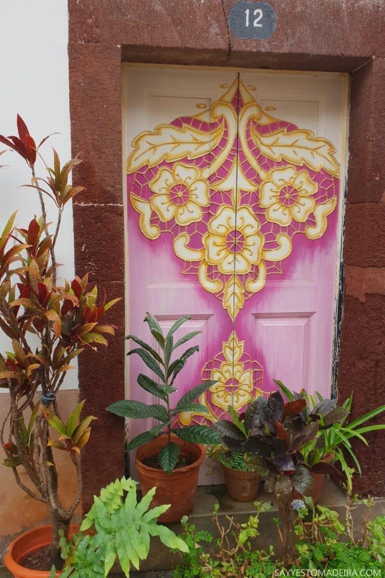 """Ciekawe miejsca na Maderze: Stare Miasto (Zona Velha) - sztuka uliczna, murale i kolorowe drzwi Funchal. Projekt """"Sztuka Otwartych Drzwi""""."""