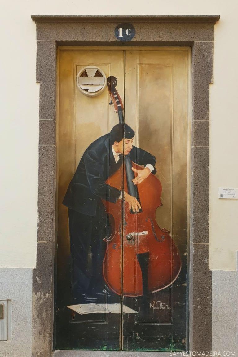 """Co zobaczyć w Funchal: Stare Miasto - sztuka uliczna, murale i kolorowe drzwi Funchal. Projekt """"Sztuka Otwartych Drzwi"""". Najpiekniejsze murale: Muzyk"""