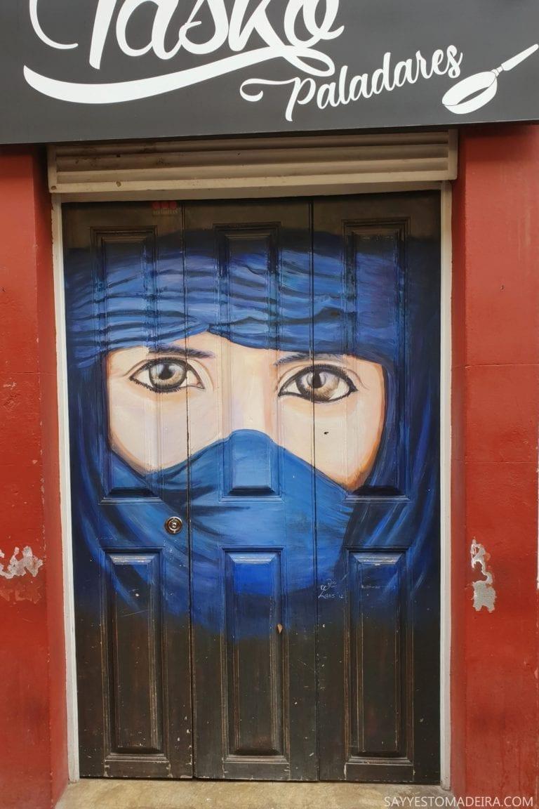 """Co zobaczyć w Funchal: Stare Miasto - sztuka uliczna, murale i kolorowe drzwi Funchal. Projekt """"Sztuka Otwartych Drzwi"""". Piękny mural na dzrzwiach Taska Paladares"""