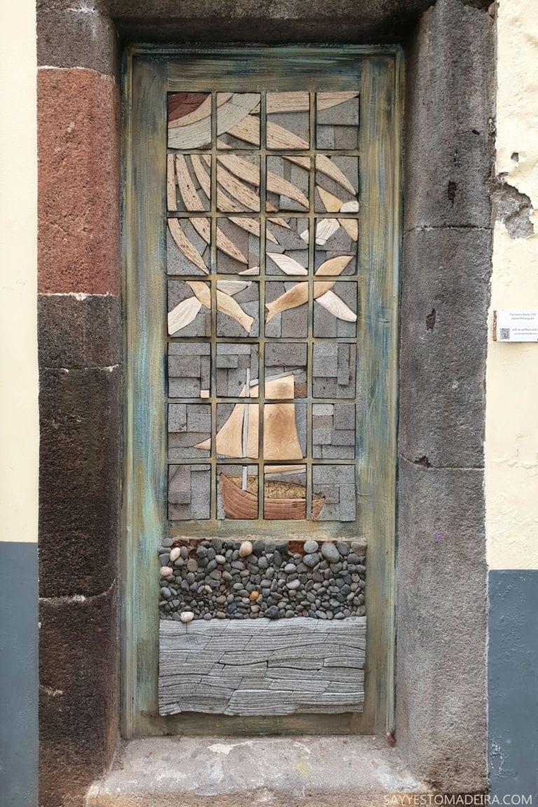 """Co zobaczyć w Funchal: Stare Miasto - sztuka uliczna, murale i kolorowe drzwi Funchal. Projekt """"Sztuka Otwartych Drzwi"""". Wspaniała sztuka uliczna."""