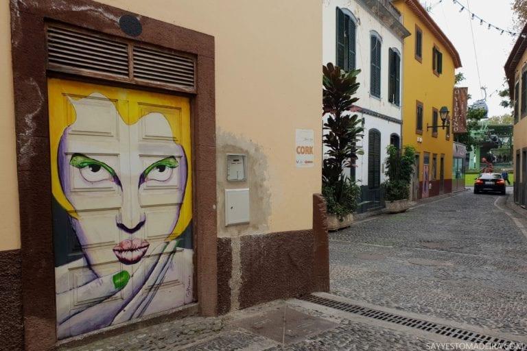 Atrakcje Funchal: Stare Miasto - sztuka uliczna, murale i kolorowe drzwi Funchal. Mural: kobieta z żółtymi włosami