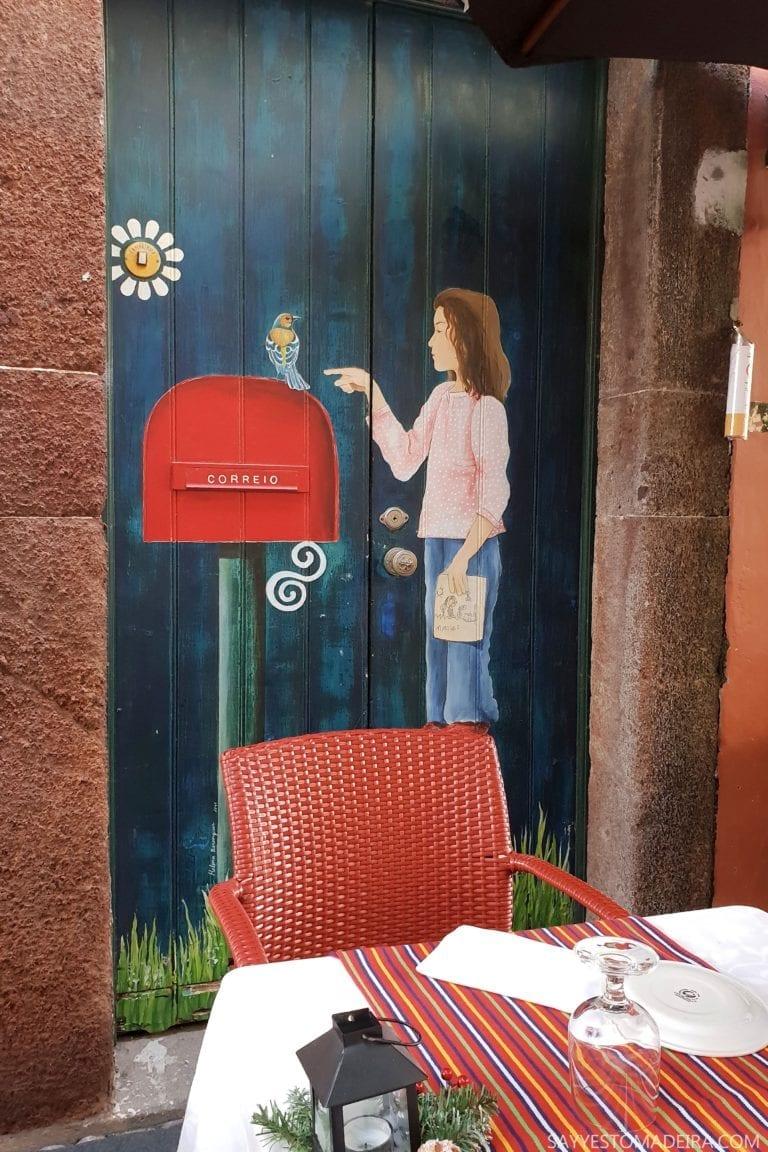 Atrakcje Funchal: Stare Miasto - sztuka uliczna, murale i kolorowe drzwi Funchal. Mural dziewczynka ze skrzynka na listy