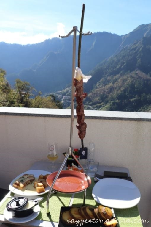 Espetada - beef skewer - typical dish of Madeira Island. Restaurants with a magnificient view in Madeira: Sabores do Curral in the Nun's Valley. #foodie #madeira #espetada Espetada - wołowy szaszłyk - w restauracji Sabores do Curral w Dolinie Zakonnic. Restauracje z pięknym widokiem na Maderze