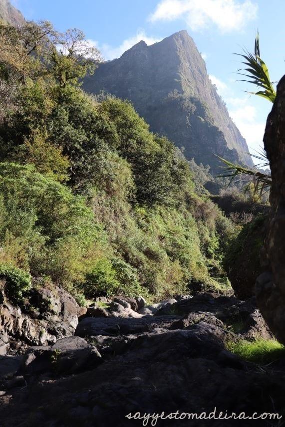 Spectacular places on Madeira Island: Poco dos Chefes. Hidden gems of Madeira Island #madeira #portugal #hiking #mountains Polecane miejsca na Maderze: Źrodło Poco dos Chefes w Dolinie Zakonnic. Co trzeba zobaczyć na Maderze #madera