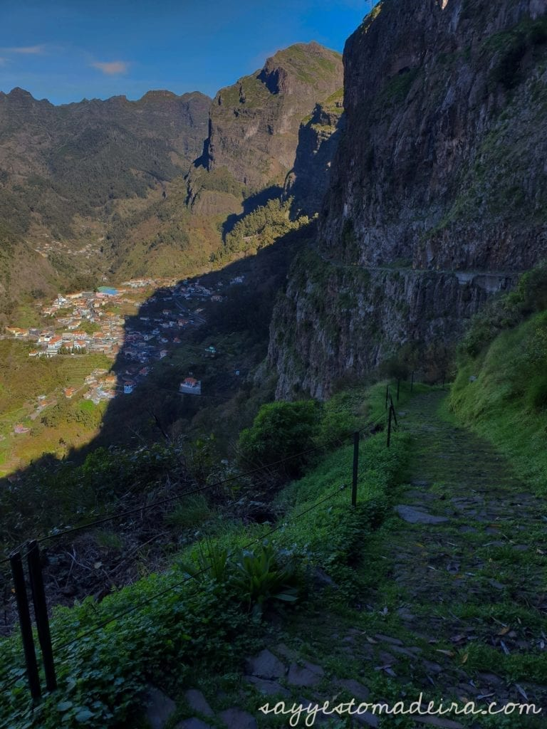 Hiking routes in the Nun's Valley, Madeira. Eira do Serrado to Curral das Freiras village. Nicest walks of Madeira Island. #hiking #mountains #madeira Ścieżka z Eira do Serrado do Doliny Zakonninc - Curral das Freiras.
