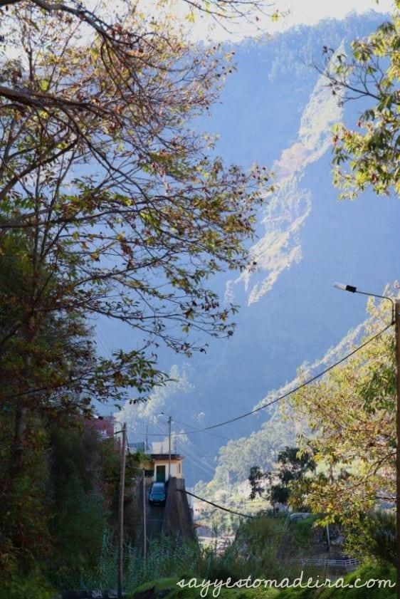 Best of Madeira: Eira do Serrado – Curral das Freiras – Poco dos Chefes. Hiking trails in Nun's Valley, Madeira . #madeira #portugal #bucketlist Najpiękniejsze miejsca i szlaki w Dolinie Zakonnic na Maderze: Eira do Serrado – Dolina Zakonnic – Poco dos Chefes.