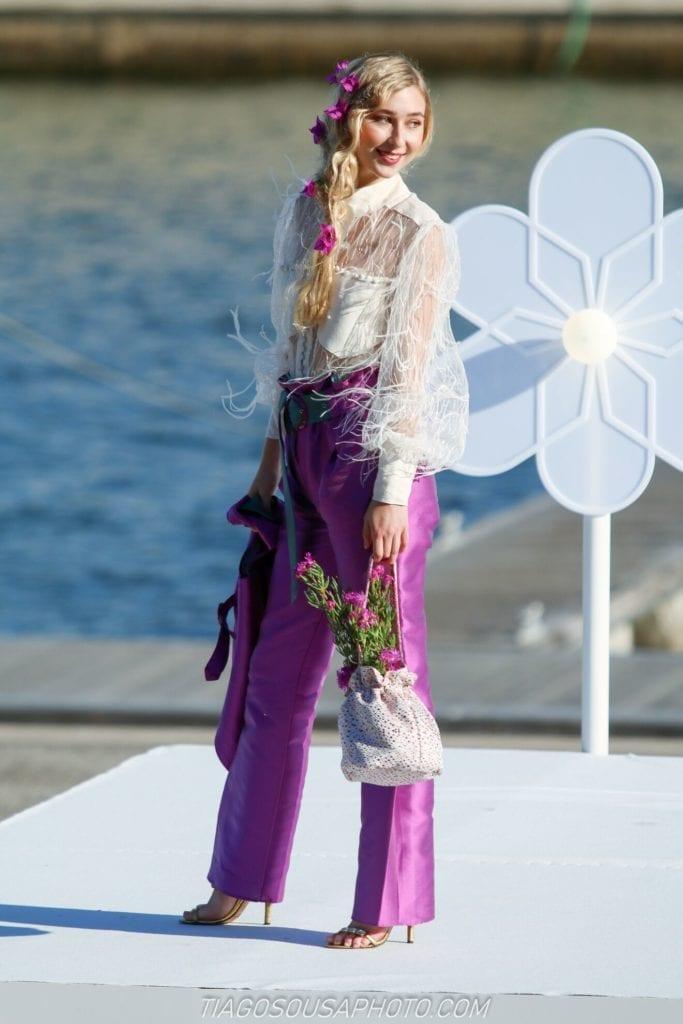 Fioletowa wiosenna stylizaja - kwieciste stroje. Fioletowy garnitur. Kolorowe ubrania.