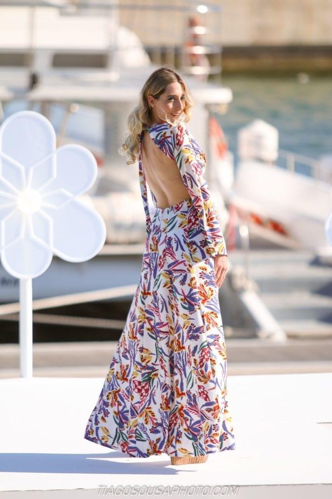 Długa, zwiewna, letnia suknia w kwiaty. Letnie sukienki. Długie sukienki. Suknie bez pleców.