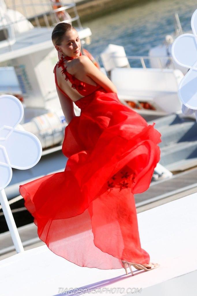 Długa zwiewna czerwona suknia podczas pokazu mody w Funchal na Maderze. Wydarzenia na Maderze #suknia #długasuknia #suknianawesele#nietypowasuknia #sukienka