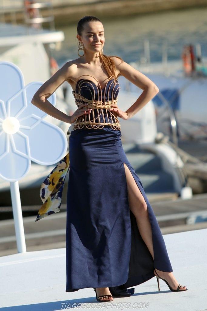 Fioletowa sukienka - pokaz mody w Funchal na Maderze. Wydarzenia na Maderze w maju. Madera wiosną