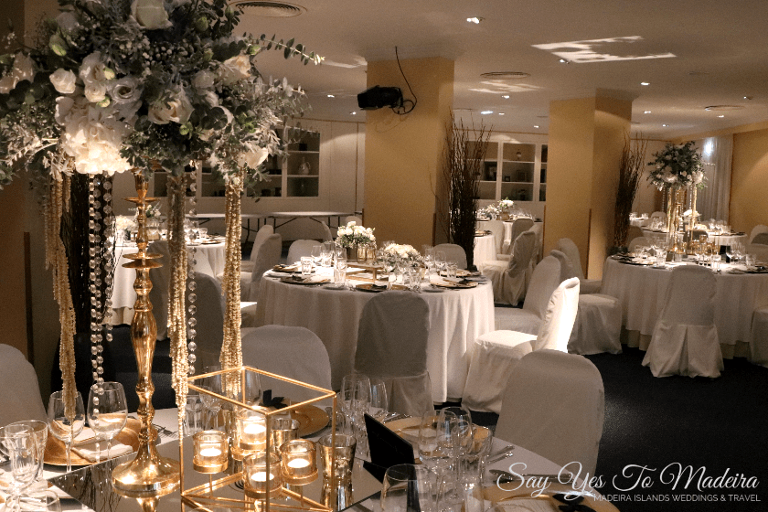 High wedding centrepieces - White, golden & silver wedding color palette