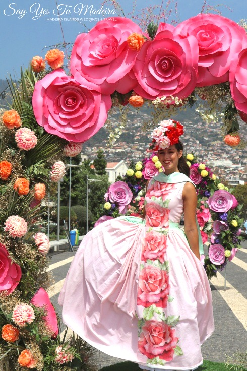Kiedy najlepiej wybrać się na Maderę oraz najważniejsze imprezy w Funchal: Festiwal Kwiatów #madera #wyspamadera #portugalia #festiwalkwiatów #funchal #kwiaty #suknia